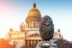 ` S St. Isaac Kathedrale und klarer Himmel zäunen Nahaufnahme von alten Häusern St Petersburg ein Stockfoto