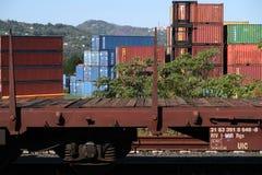 S Stefano Magra, Λα Spezia, Ιταλία, 12/08/2016 Αποθήκη σιδηροδρομικών σταθμών και εμπορευματοκιβωτίων στοκ εικόνα με δικαίωμα ελεύθερης χρήσης