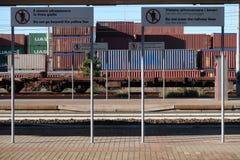 S Stefano Magra, La Spezia, Italie 12/08/2016 Gare ferroviaire et dépôt de conteneur images libres de droits