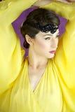 20s stylu mody model z kolor żółty suknią Fotografia Stock