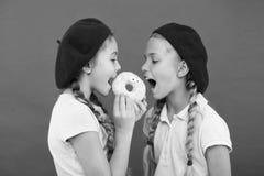 s?t livstid S?tsaker shoppar och bageribegreppet Ungefans av bakade donuts S?t munk f?r aktie Flickor i munk f?r baskerhatth?ll royaltyfri foto