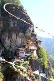 ` S Taktshang Goemba oder des Tigers Nestkloster mit buntem Tibetaner Stockfoto