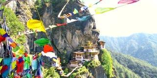 ` S Taktshang Goemba oder des Tigers Nestkloster mit Gebetsflaggen Lizenzfreies Stockfoto
