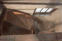 S?tano vac?o en el edificio industrial viejo abandonado con poca luz y escaleras de madera imagenes de archivo