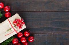 ` S, tema del Año Nuevo de la Navidad Cajas de regalo, baya en fondo de madera oscuro Imagen de archivo libre de regalías