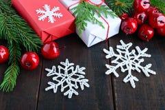 ` S, tema del Año Nuevo de la Navidad Cajas de regalo, ramas spruce verdes, baya en fondo de madera oscuro Fotos de archivo