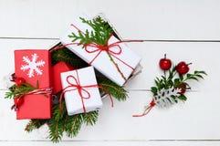 ` S, tema del Año Nuevo de la Navidad Ramas verdes, cajas de regalo en el fondo de madera blanco Imagenes de archivo