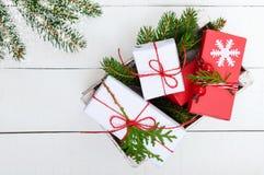 ` S, tema del Año Nuevo de la Navidad Ramas verdes, cajas de regalo en el fondo de madera blanco Fotos de archivo