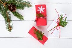 ` S, tema del Año Nuevo de la Navidad Ramas verdes, cajas de regalo en el fondo de madera blanco Foto de archivo libre de regalías
