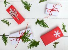 ` S, tema del Año Nuevo de la Navidad Ramas verdes, cajas de regalo en el fondo de madera blanco Imagen de archivo libre de regalías