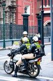 ` S Thre Cosco Polizisten stehen nahe der Querstraße in Cusco lizenzfreie stockfotografie