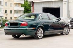 S-tipo brillantemente verde de Jaguar vista posterior 2007 imágenes de archivo libres de regalías