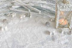 ` S, todavía de la Navidad vida del Año Nuevo Linterna adornada hecha a mano de la Navidad en el fondo blanco Copie el espacio fo Fotos de archivo libres de regalías