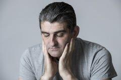 40s a 50s triste ed all'uomo preoccupato che sembra frustrato e premuroso nell'espressione preoccupata e pensierosa del fronte is Fotografia Stock
