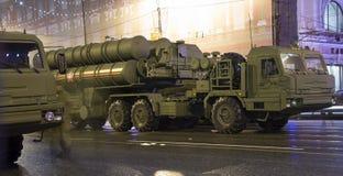 S-400 Triumf (Prüfspule SA-21) russisches Flugabwehrraketesystem Wiederholung der Militärparade (nachts), Moskau, Russland Lizenzfreies Stockfoto