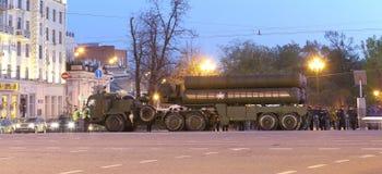 S-400 Triumf (Prüfspule SA-21) russisches Flugabwehrraketesystem Wiederholung der Militärparade (nachts), Moskau, Russland Lizenzfreies Stockbild