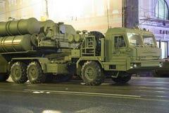 S-400 Triumf (Prüfspule SA-21) russisches Flugabwehrraketesystem Wiederholung der Militärparade (nachts), Moskau, Russland Stockfotos