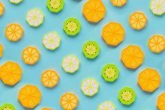 Φρούτα φιαγμένα από έγγραφο Μπλε υπόβαθρο Υπάρχει χώρος για το γράψιμο tropics r Πορτοκάλι, λεμόνι στοκ φωτογραφίες