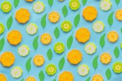 Φρούτα φιαγμένα από έγγραφο Μπλε υπόβαθρο Υπάρχει χώρος για το γράψιμο tropics r Πορτοκάλι, λεμόνι στοκ φωτογραφία με δικαίωμα ελεύθερης χρήσης