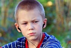 słucha muzycznego nastolatka Fotografia Royalty Free