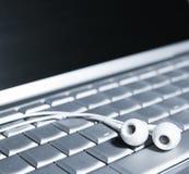 Słuchawki na Komputerowej klawiaturze Fotografia Royalty Free