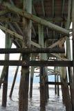 ` s un altro mondo sotto il pilastro di pesca della spiaggia immagini stock libere da diritti