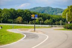 Słupów znaków roweru pas ruchu i samochodu pas ruchu Zdjęcie Stock