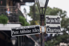 Słup z znakami ulicznymi w dzielnicie francuskiej, Nowy Orlean, Luizjana Obraz Stock