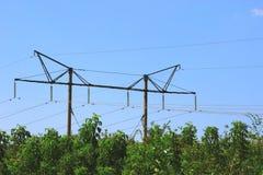 Słupy i obwieszenie linie energetyczne Zdjęcia Stock