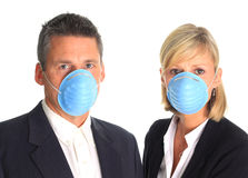 s'user de masques de grippe de couples Image stock