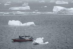 S/V Northanger dirigeant par les icebergs, la Manche de Lemaire, Antarctique Image libre de droits
