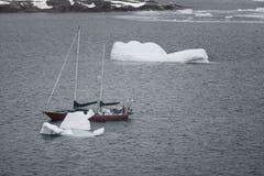 S/V Northanger que navega a través de los icebergs, canal de Lemaire, la Antártida fotografía de archivo