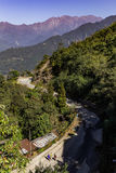 S wygina się drogę Brown góra blisko Kangchenjunga góry który przegląda w ranku w Sikkim, India Fotografia Stock