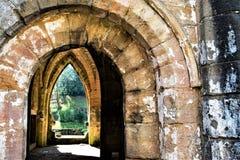 Saída através das arcadas, na abadia das fontes, em North Yorkshire, ao fim de março de 2019 imagens de stock royalty free