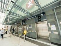 Saída C da estação de MTR Sai Ying Pun - a extensão da linha da ilha ao distrito ocidental, Hong Kong Fotos de Stock Royalty Free