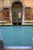 Saída da casa no canal de Veneza Imagem de Stock