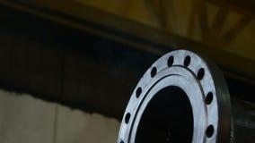 Saída da tubulação do metal do close up contra o fumo claro da soldadura vídeos de arquivo