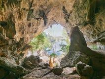 Saída traseira da caverna saddan, Hpa-an Myanmar imagens de stock