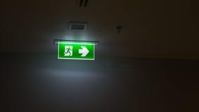 A saída verde assina dentro o prédio de escritórios Foto de Stock