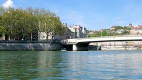 Saônerivier in Lyon, Frankrijk stock footage
