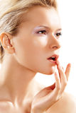Saúde & cuidado de pele. Mulher encantadora que toca em seus bordos Foto de Stock