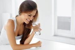 Saúde, beleza, conceito da dieta Água bebendo da mulher feliz bebidas Imagens de Stock Royalty Free