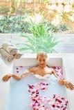 Saúde, beleza Cuidado do corpo dos termas da mulher Flor de relaxamento Rose Bath Imagens de Stock