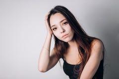 Saúde e dor Jovem mulher esgotada forçada que tem a dor de cabeça de tensão forte fotos de stock
