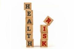 A saúde e o risco exprimem escrito na forma do cubo Fotos de Stock