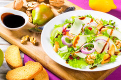 Sałata, bonkreta, piec na grillu kurczak pierś, orzech włoski, parmesan ser, Zdjęcia Stock