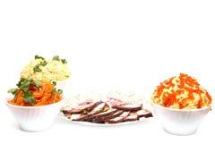 Sałata i pokrojony mięso na talerzu Fotografia Royalty Free