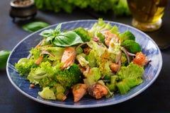 Sałatka łosoś, brokuły, sałata i opatrunek stewed rybi, Obraz Royalty Free