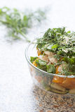 Sałatka świezi żółci pomidory i ogórek z ziele i sezamowymi ziarnami Zdjęcie Royalty Free