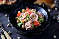 Sałatka chickpeas, quinoa, ryż, pomidor, czerwone cebule i arugula z, oliwa z oliwek i cytryna sokiem Obraz Stock